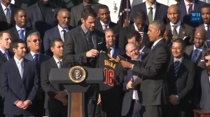 "Cavaliers' player Kevin Love presents ""Obama / 16"" jersey to President Obama"